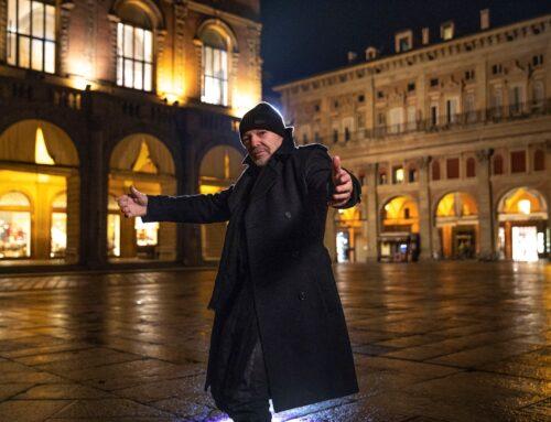 Il video di 'Una canzone d'amore buttata via' di Vasco Rossi girato in una Piazza Maggiore notturna e deserta
